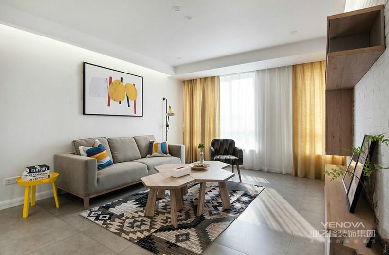 灰色布艺沙发不仅与浅灰色地面相互呼应,也让沉静之美在不经意间打动每个人内心。