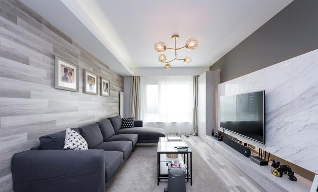电视墙铺了大理石,墙面留白设计让人多一些遐想。