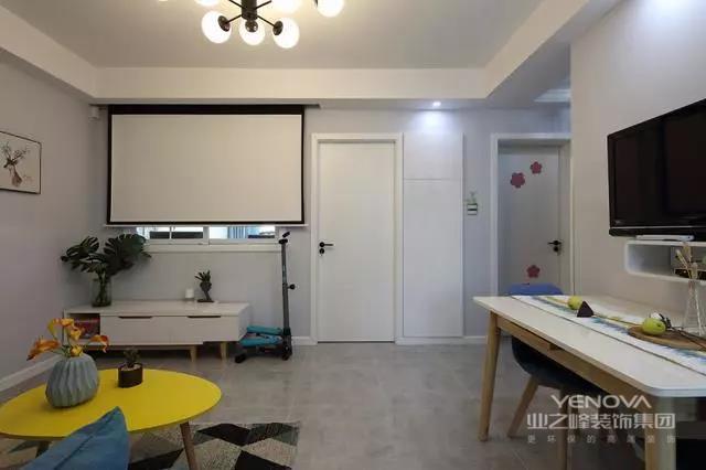小户型装修对设计师来说往往具有挑战性,既想要功能齐全,又想要美观大方,不能显得拥挤局促,确实需要较高的功底和灵感。这套小户型其实只有一个厅,而且是位于中间没有窗户的厅,要在这样一个空间设计出客厅和餐厅兼具,而且还要改善采光,是不是有些难度呢?设计师巧妙地将客厅与主卧相隔的那面墙开了窗户,让客厅从主卧借光,从而改善了客厅的采光。然后在窗下设置了电视机柜,在窗户上方设计了幕布,这样连家庭影院都有了,这样的设计实在太巧妙了
