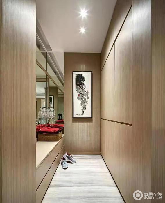 走廊榻榻米设计,借空间来将收纳和储物功能做最大化设计,东方之韵的挂画,与原木材料的木柜形成一种温和隽雅。