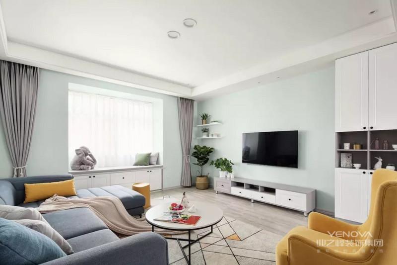 整个墙面以薄荷绿进行粉饰,给人自然清新的感觉。绿植与黄色沙发的点缀,为空间增添几抹生机。