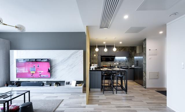 进门右手边就是餐厅和厨房了,餐桌直接从厨房台面延伸出来,省空间。