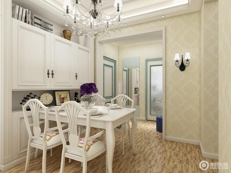 白色的餐桌椅,木质的地板,在搭配华丽的灯饰,为整个空间带来了活泼跳跃的自然。