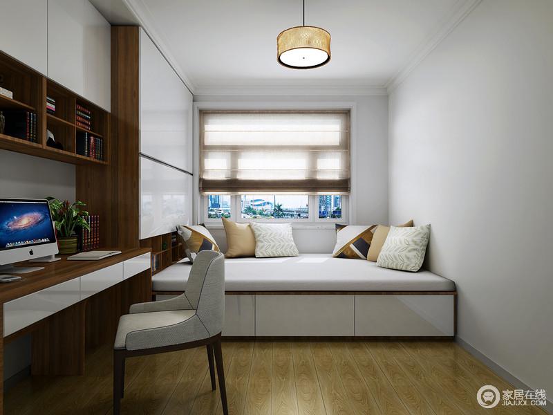 书房并没有太多的装饰,简单的刷墙和铺木地板,让空间利落而干净;榻榻米和竹制卷帘因为靠垫点缀出柔雅和温馨,定制得衣柜、一体式书桌,让主人在业主时间,也可以看书放松。