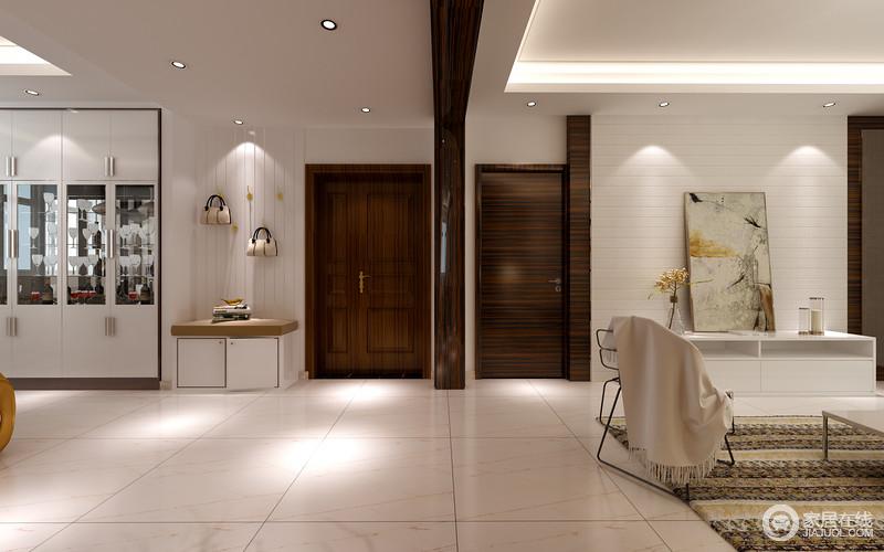 开放式的空间极具自在感,白色地砖与吊顶给予空间一种劲爽,毫无压抑感;设计师巧妙地将玄关打造为一个小型收纳区,木板上的金色衣钩,与方形鞋柜既简单,又实用,白色储物柜嵌入墙面呈一体式设计,让空间平整,而不同材质的结合更多了现代质感。