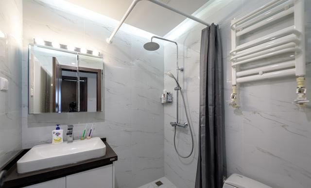 卫生间空间不大,只能用浴帘来满足干湿分离需求了