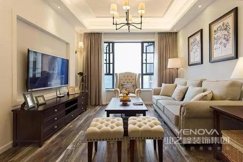 客厅窗户做得比较大,大量的光线可以进入室内,保证了室内的采光