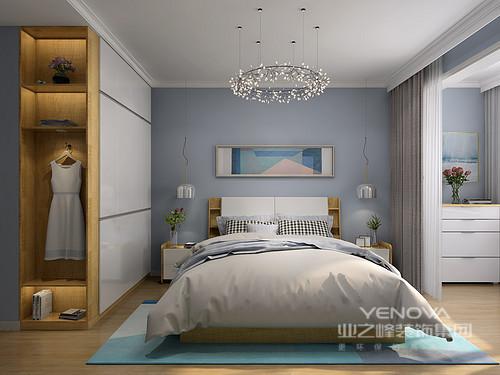卧室以蓝色漆粉刷墙面,搭配白色书柜、电视柜,营造了一份蓝白的纯净;吊灯组成地花卉造型赋予空间更多的现代意味,让空间格外大气。