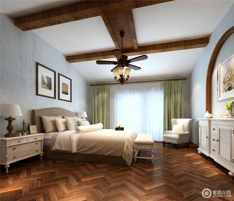 主卧房以灰蓝墙体为背景,深色木质铺述,并配以白色柱墙,以自然简洁的手法展现地道的美式风情;吊顶木梁的设计让空间具有几何感,而绿色窗帘与驼色系的软装构成生活的轻稳,美式古典家具无疑成就了空间的轻奢。