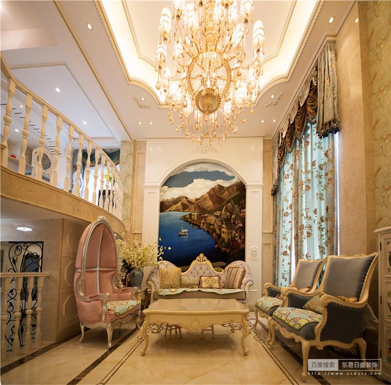 客厅正中的油画,在统一风格下又增添了一抹亮色
