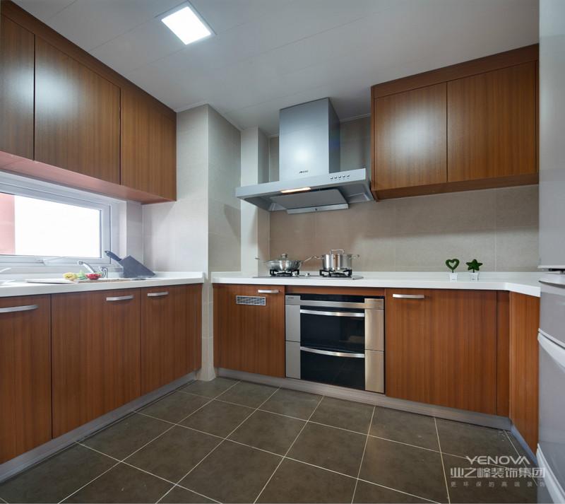 厨房是统一色调,搭配的整体性将华丽大气延续至餐厅