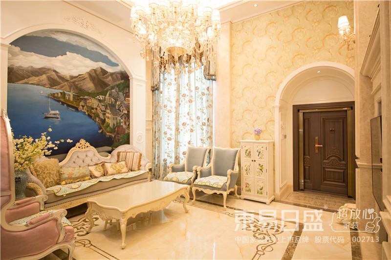 弧形的玄关门口与客厅的沙发背景墙风格统一