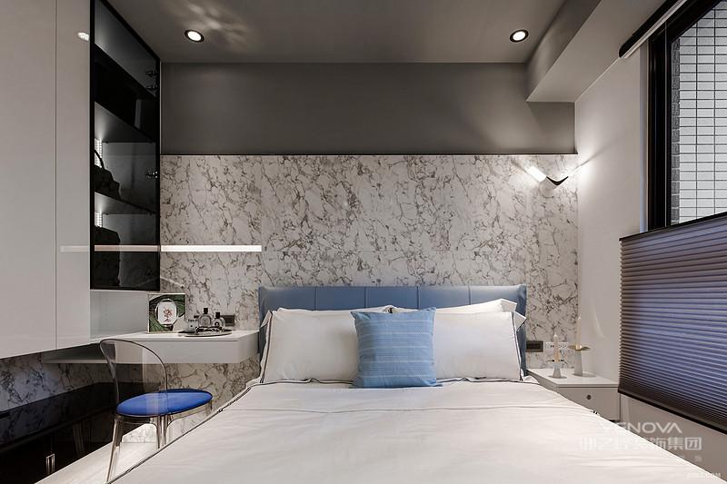 现代中式风格设计说明之家具陈设现代中式风格的家具体现出了对于现代化的设计形式,传统古典型的空间以典雅、大气的设计为主,而现代居室由于格局和面积的局限只能够追求其神似。现代中式风格的设计也遵循着对称性的家具摆放,同时在古典形式的家具中采用现代感的设计形式,得以体现出时尚、简约的设计形式。比如吧玻璃搭在榆木架子上制成中式餐桌就非常受年轻人的喜爱,这样的设计也体现出现代感的创新设计。