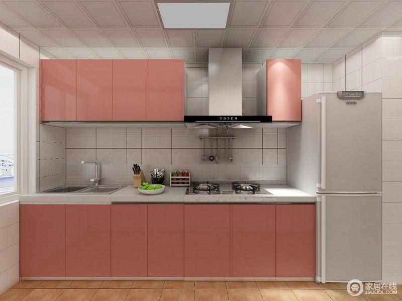 粉红的橱柜+米色的墙面和台面,钱伟为这个厨房呈现出一种浪漫之感。