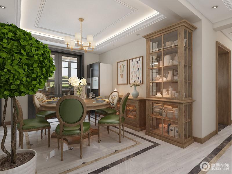 餐厅以浅米色漆粉刷墙面,地面的水纹砖石因为矩形结构更显动律;实木碗橱非常实用,绿色木椅添置清新,让你储存之外,以简洁、大方为生活添彩。