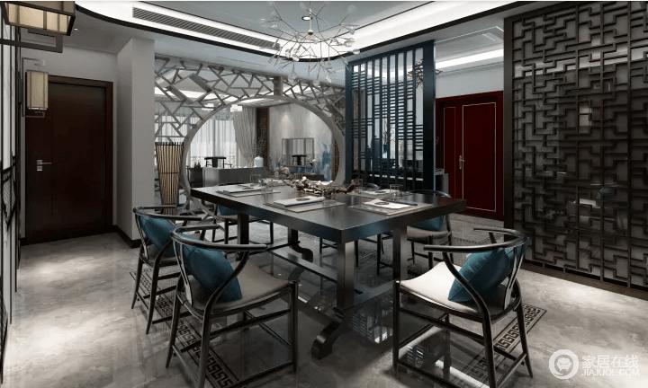 空间利用隔断将餐厅与门厅做了简单的区分,却不失空间性,同时,借镂空地方圆门框将客厅与餐厅强调了空间的建筑特色和中式之美,让两个空间不失互动;明清时期的中式家具赋予了空间的东方底蕴,以此来渲染生活的文艺情怀,藏蓝色靠垫点缀出色彩,也带来东方时尚。