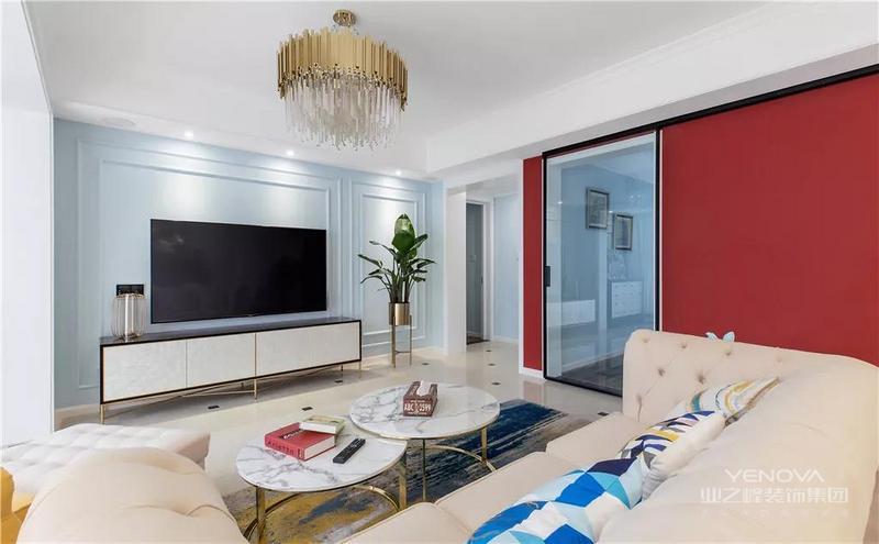 这套房子的主人是个事业有成的人士,房子面积大概有140平米,整体以淡雅的轻美式空间基调,在家居细节上加入了黄铜质感的轻奢风元素,营造出一个优雅又高品质的生活氛围。