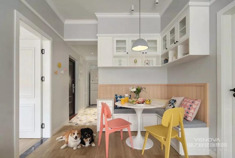 小户型设计的主要前提就是要增大空间感。餐厅卡座的设计既节省了不少空间,又给人精致的感觉。