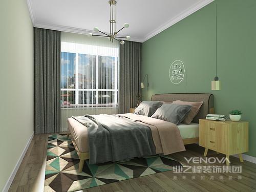 羽衣甘蓝绿的背景色,搭配高级灰和粉色,让卧室拥有更为淡雅的安逸之感。