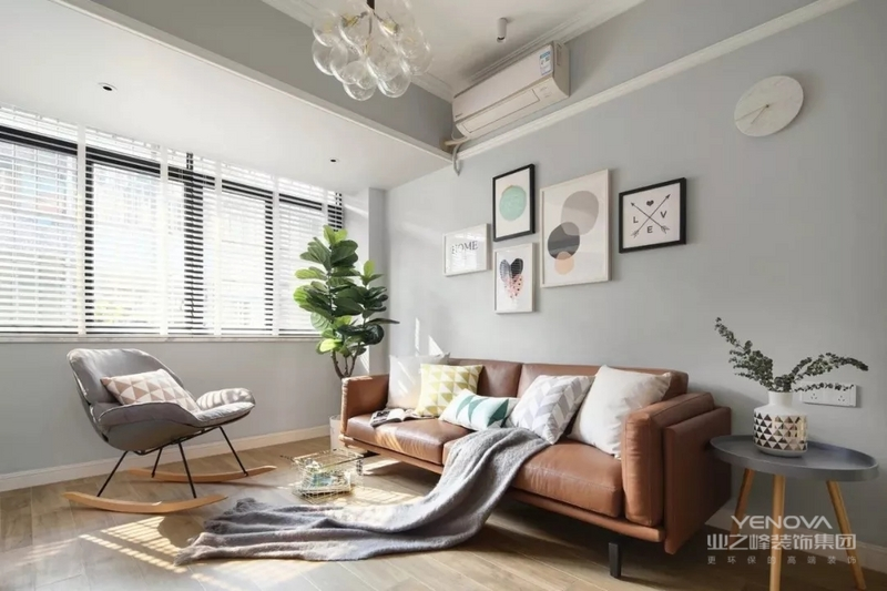 设计师将电视背景墙改成了嵌入式的收纳柜设计,节省空间;客厅窗采用白色百叶窗,简洁明亮又时尚。