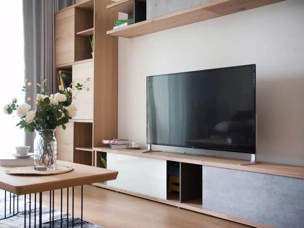 电视墙做了整体定制柜设计,一体化的电视柜造型,颜值与实力并存。