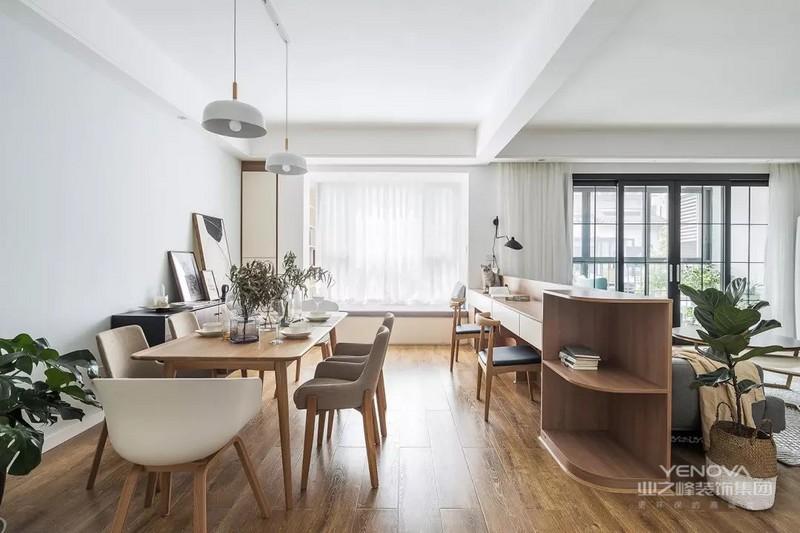 在沙发的后面设计了一个书桌,正好也相当于沙发背靠柜的功能,和餐厅有个遮挡。