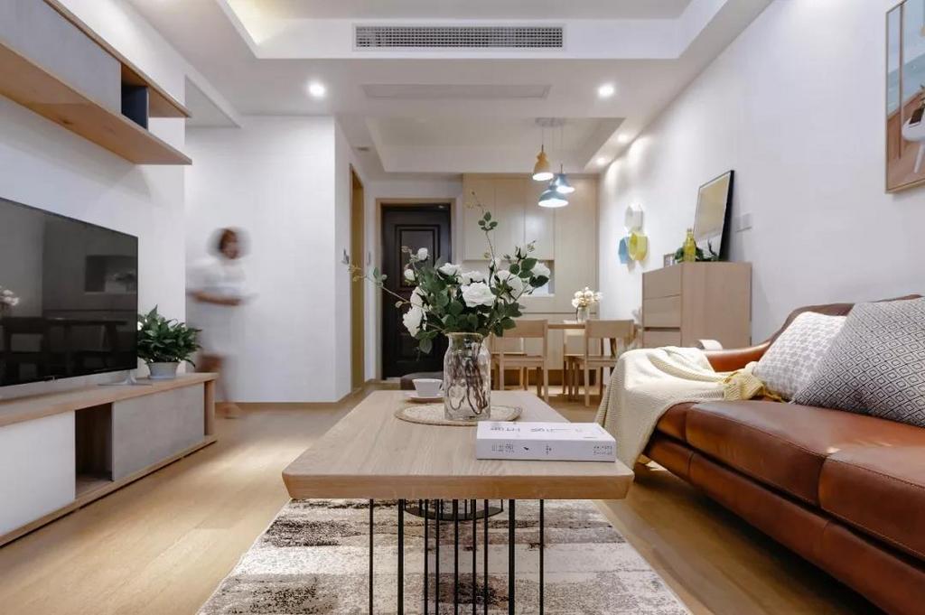 客厅看向餐厅,整体通铺了木质地板,自然美观,温馨又舒适。