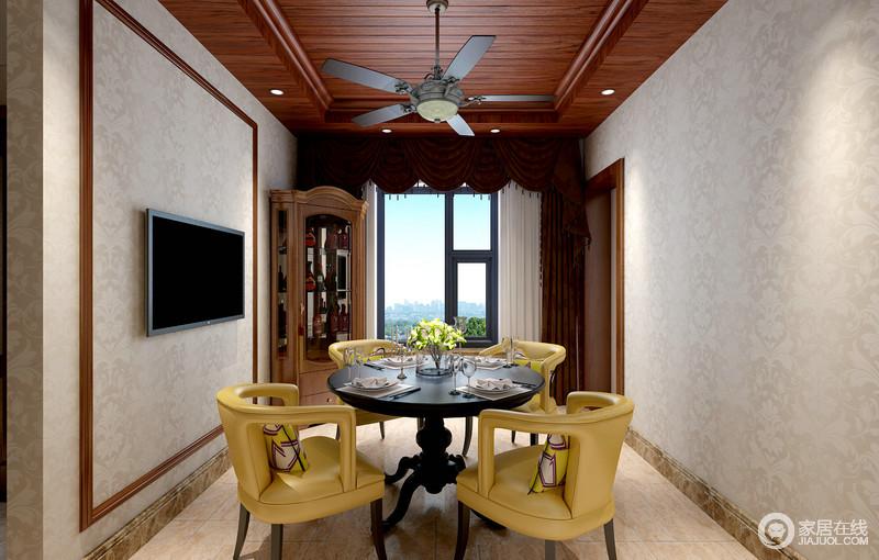 棕红木色调浓厚,灰白暗纹壁纸素简清浅,相互营造装饰,让就餐氛围清丽自然;风扇灯趣味悬挂在餐桌上,与圆形餐桌色调一致,而镂空姜黄色皮质沙发椅,瞬间打破空间的单调性,舒适且时髦。