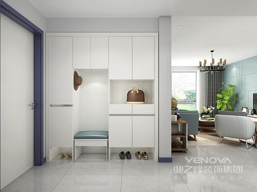 暖白色作为主色调的门厅,加上颜色轻快的换鞋凳这一空间设计点缀,没有多余的元素装饰,让居住者归家的瞬间就可以感受到轻松与简单。