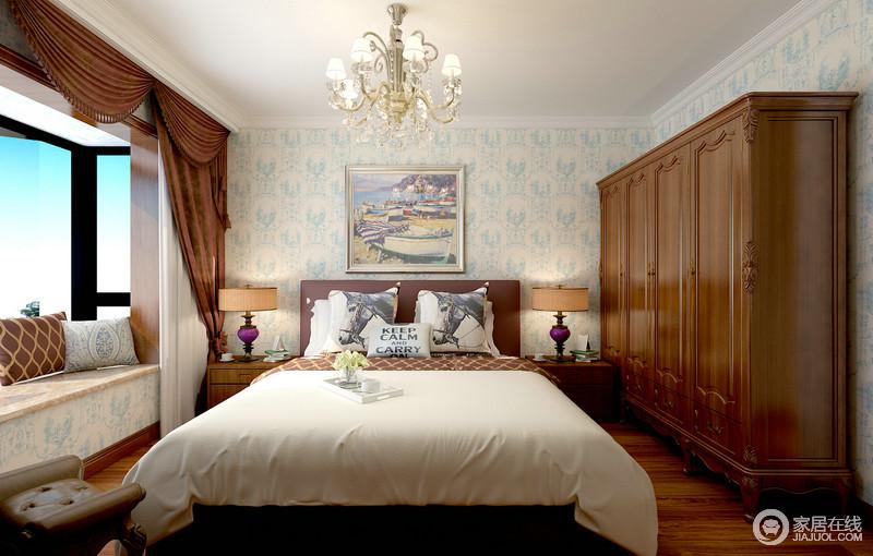 蓝白壁纸打底空间背景,浅色系极易衬托木色的沉厚,衣柜与窗帘、床头柜色彩一致,视觉上显得温暖平衡;深浅搭配间,墙面与布艺上的印花、网格、字母及动物图案,多元素的演绎,愈加让空间气质范尽显。