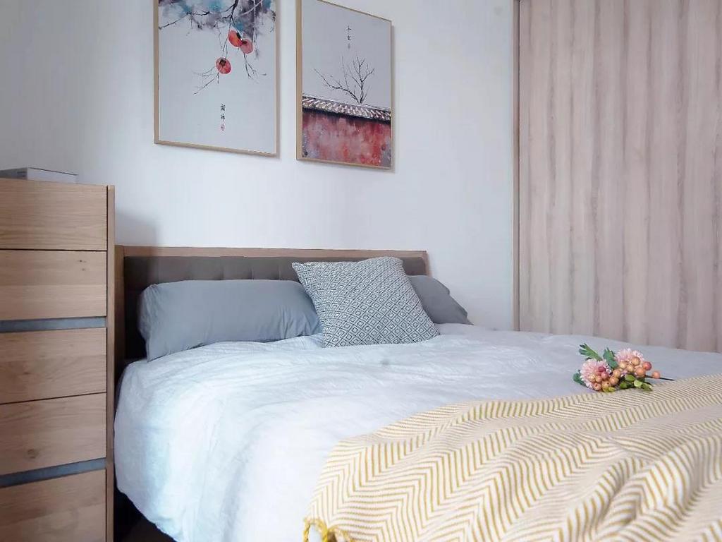 主卧主要选用木质感的家具,简洁而舒适,并在细节处加入清新活力的元素,带来一种独特优雅的气质。