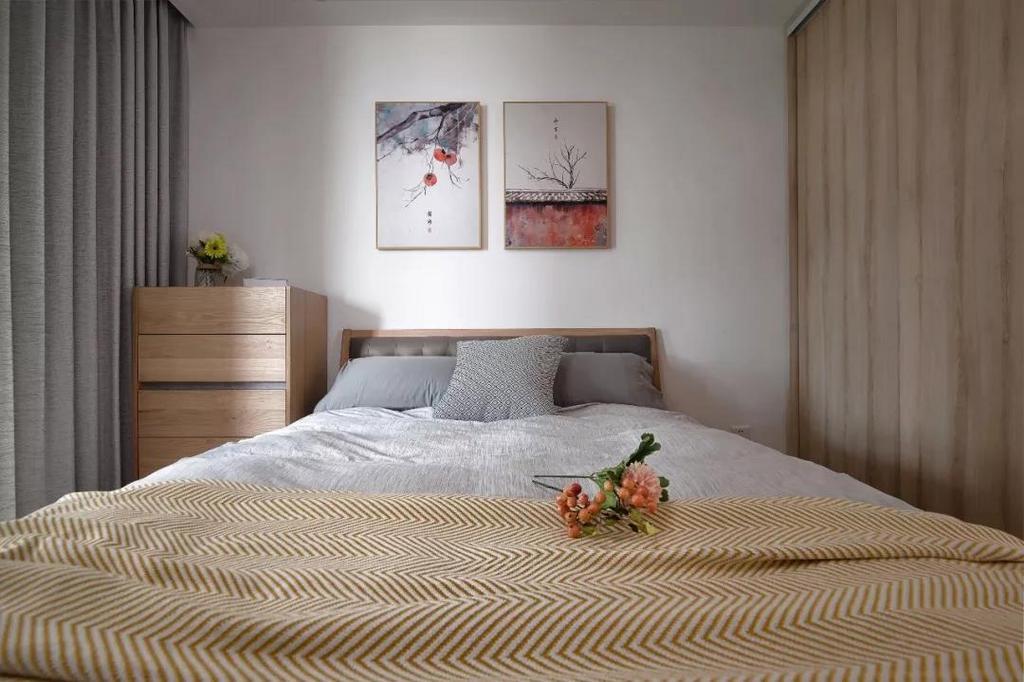 床头背景墙两幅诗意装饰画,让简约的空间更加具有意境之美。