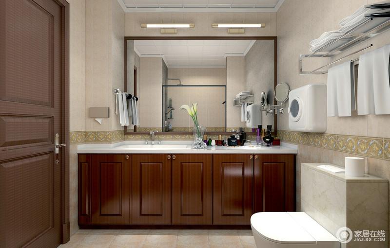 卫生间定制的盥洗柜恰到好处的占满整面墙,四平八稳的上浅下深的搭配法则,腰线出诗意花纹砖点缀,展现出的气质随性又舒适;同样满墙的浴室镜,折射着对面的淋浴间,清透的玻璃有效分离干湿区,保持空间的干净整洁。