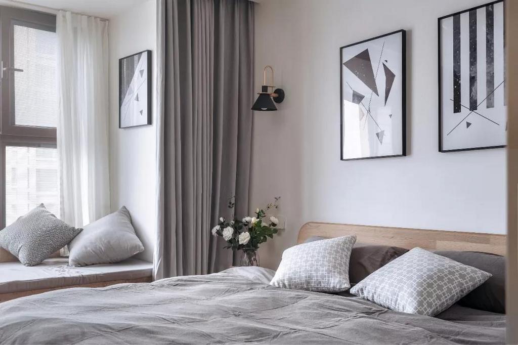 灰色的床品与窗帘、飘窗垫,营造惬意自然的睡眠空间。