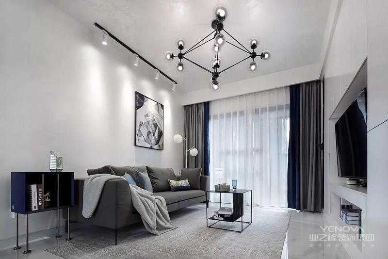 这套89平米的房子,整体户型格局方正实用,在现代风格的空间基础下,搭配上深色稳重的家具色调,带来的是一个成熟舒适的大气氛围