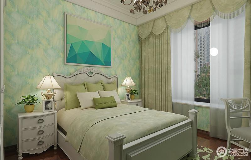 黄绿黄白洇染的色调,大面积装饰在墙面上,释放出清爽气息,瞬间填充整个儿童房,带来清新活力;双人床上,延续了壁纸色调的绿白,柔和自然的色调,空间更加显得恬适梦幻,营造出愉悦明快的休憩氛围。