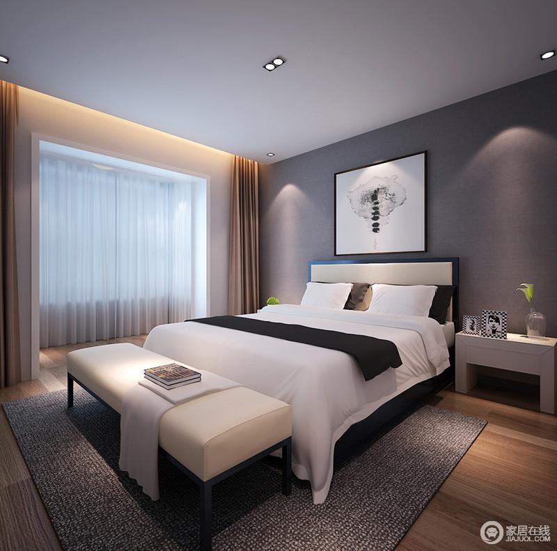 卧室以灰色墙面搭配灰色吊顶,让空间在色彩之间流动着沉寂;黑白简画与黑白床品呼应出经典时尚,无形中更具舒适感;白色床头柜上的人物照片注入人情味儿,与地毯和床尾凳的素色更显温婉、和馨。