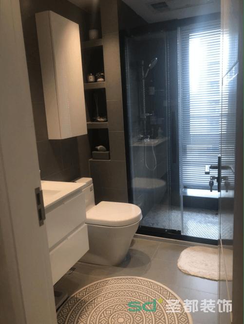 卫生间采用灰色和米色墙砖,空间的合理分配、最大化的利用使整个环境变得整洁。