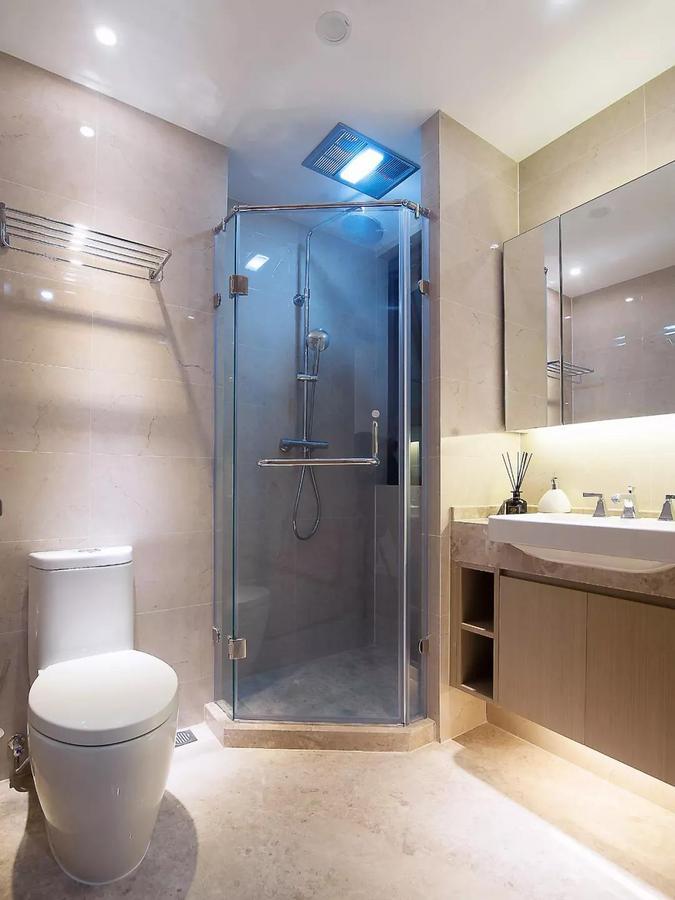 浴室柜、淋浴房、马桶的合理分布,留出了宽松舒适的动线,让生活更加闲适方便。