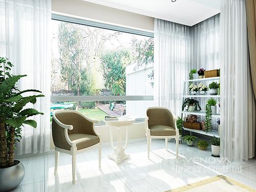 阳台线条简洁,浅色地砖也增加了空间的温和,既凸显材质之美,又不影响空间的整体质量;白色纱幔的轻盈和缥缈,让空间十分雅致,欧式扶手椅和圆几,让你在此享受时间赋予生机的清净。