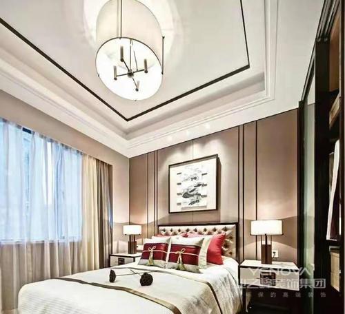 卧室白色的吊顶以矩形的设计来呼应圆形吊灯,构成一种方圆美学;驼咖色的背景墙以线条设计张扬稳重,而红色靠垫与米白色调床品与驼色温和,营造温馨舒适。