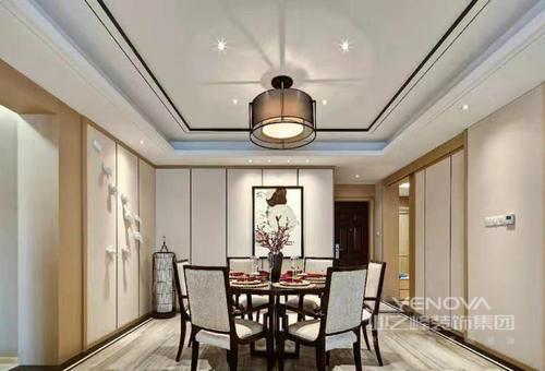 餐厅以米色漆和白色收纳柜来装饰空间,条形的设计让墙面具有了线性之美;方形的吊顶因为圆形吊灯变得方圆适中,新中式家具和谐共生,让就餐也变得惬意