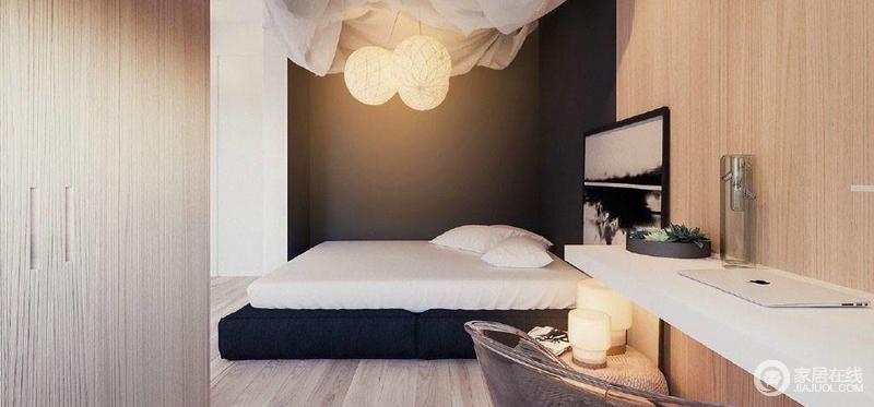 卧室简约布置,木板背景墙十分柔和,与编织的坐墩组成田园之风,设计师将台灯放置在上,俞显自在;黑白之画落至在空间,和圆形吊灯更显温和,随性地躺在床上,便感受着简约带来的静谧。