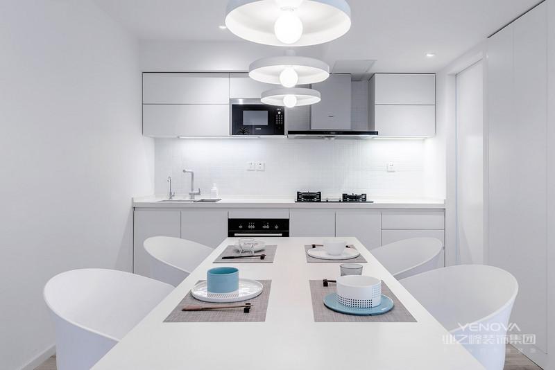 餐厅和厨房是一体式,以白色为主,整体干净舒适,适一家人坐在一起畅饮