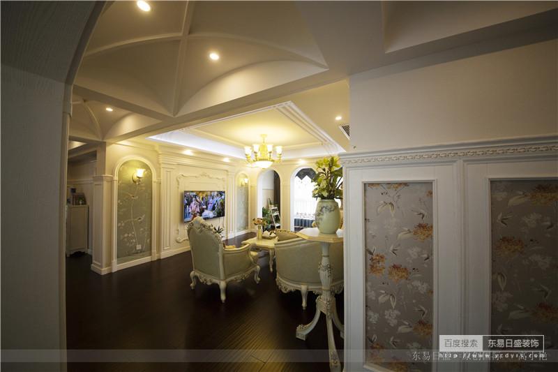 吊灯泛黄的光照在客厅的中央、拱形的背景墙上是法式碎花