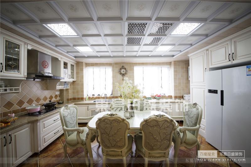 开放式的厨房配餐桌,节约了空间又拉近了生活的距离