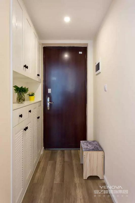 在装修风格上,业主偏爱原木风,所以在与设计师商讨的过程中,将房子装成了自己的喜欢的风格,最后的效果也令业主满意。