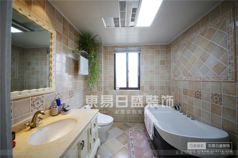 几何形的瓷砖,墙角的绿植使卫生间也生机勃勃