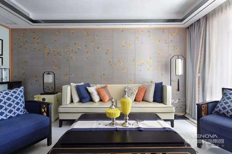 """客厅空间清朗开阔,左右通透的玻璃窗,简练的布置和精美的装饰,让人有宾至如归之感。入口门厅处,背景墙为一幅极为清隽的人文山水画卷图,近乎白描的线条,抒写着山水悠然意境,让自然情趣在空间自然弥漫,两侧放置简雅的新中式地灯、圈椅,将《宋史》中所提及的""""耳目清旷,不设机关以待人,心安闲而体舒放""""的自在感纳入空间。"""
