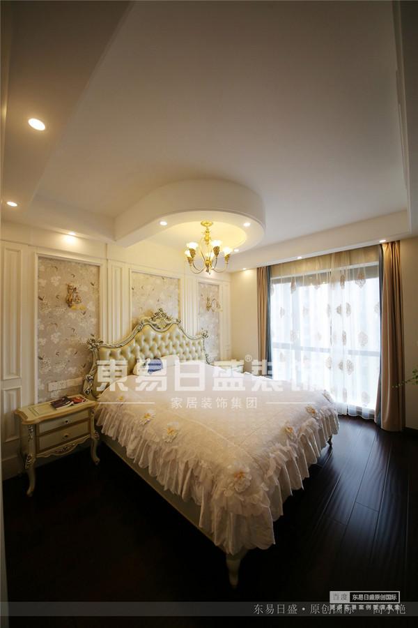 床头的吊顶与吊灯让整个房间更加温馨